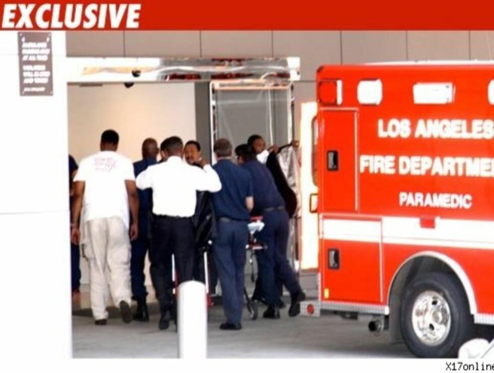 TIL SYKEHUS: Dette bildet er tatt i det Michael Jackson ble fraktet inn på sykehus torsdag kveld. Legene skal ikke ha klart å gjenopplive popkongen ifølge TMZ. Foto: x17online.com