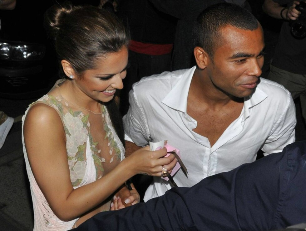 PÅ FEST: Cheryl og Ashley Cole kom sammen på fest i London. Og fotballsparkende Ashley passet godt på sin lettkledde kone. Foto: All Over Press