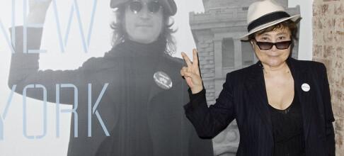 Stiller ut Lennons blodige jakke