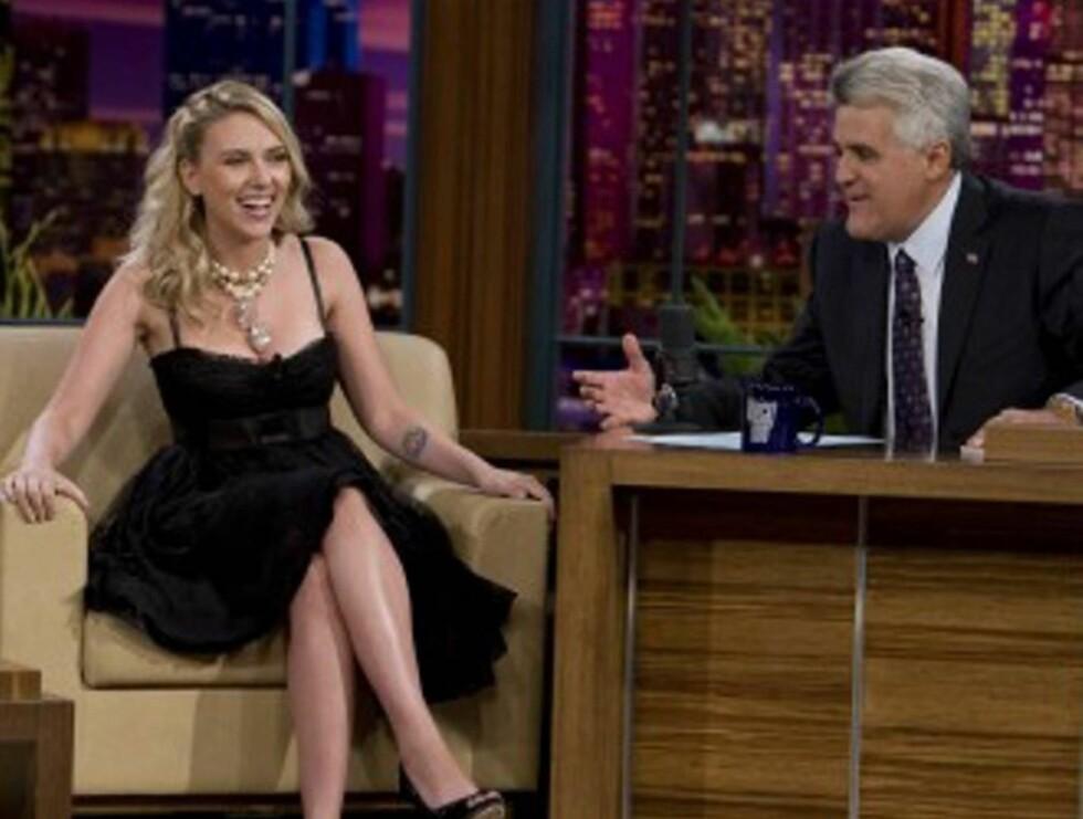 POPULÆR: Talkshow-verten Jay Leno har mange kjente gjester i sitt Tonight-show. Her er skuespilleren Scarlett Johansson på besøk.