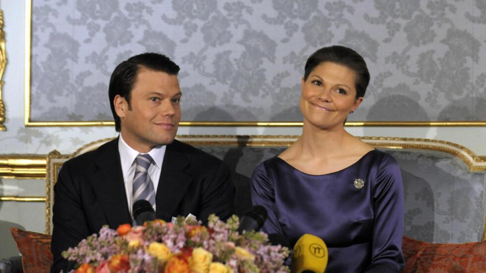 ENDELIG: Etter syv år sammen, fridde Daniel Westling til sin kronprinsesse Victoria. Nå stråler han av lykke. Foto: AP