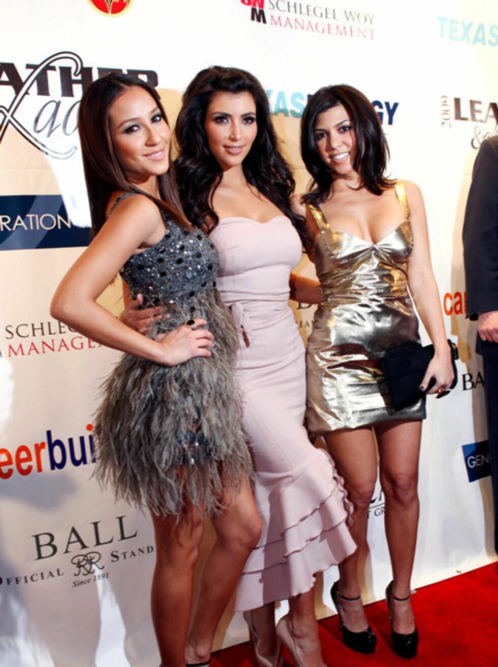 PARTYSØSTRE: Skandaleombruste Kim Kardashian (midten) har med seg søstrene Kourtney og Khloe til Florida. Foto: Stella