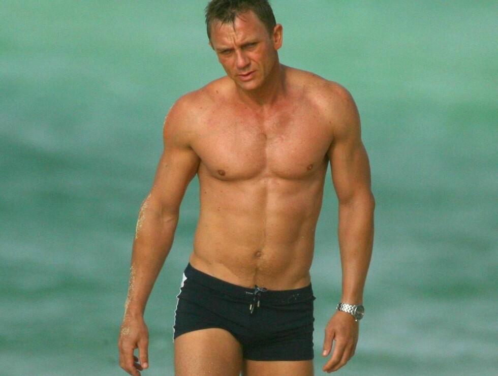 PLETTFRI: På film blir Daniel Craigs tatoveringer sminket bort, bortsett fra én. Den skjules av badebuksa. Foto: All Over Press