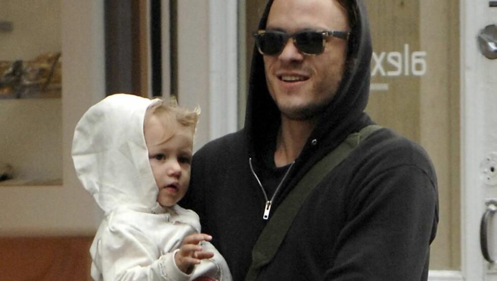 BLIR KRITISERT: Heath Ledger, her sammen med datteren Matilda Rose, har kommet med uriktige opplysninger i sin forsikringsavtale, mener forsikringsselskapet ReliaStar.  Foto: STELLA PICTURES