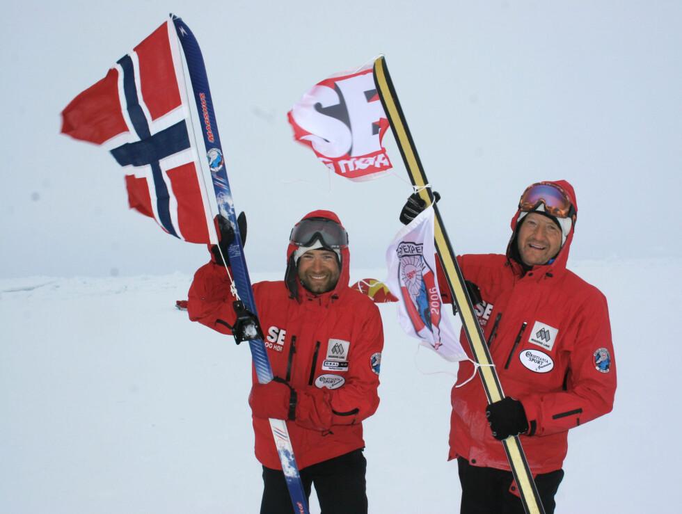 POLHELTER: Odd Johan Nelvik (til høyre) på Nordpolen med Ole Einar Bjørndalen. Turen ga store inntekter til Se og Hør-fondet for kretsyke barn.