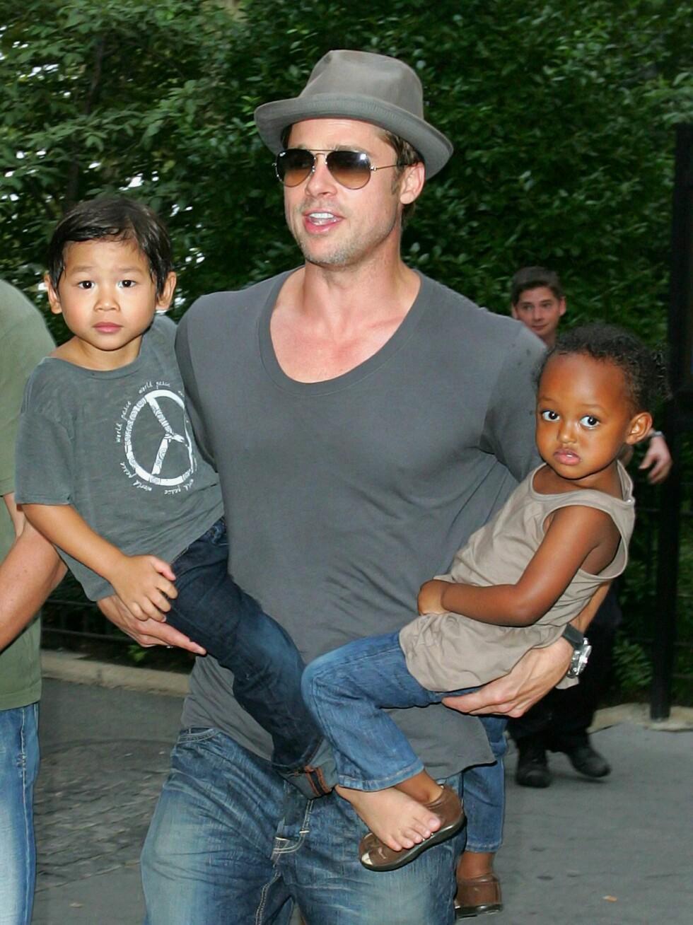 SUPERPAPPAEN: Skuespiller Brad Pitt ble ikke mindre kjekk etter at han begynte å bli avbildet med hans og Angelina Jolies felles barn. Her med adopterte Pax (4) og Zahara (3). Nå venter de små igjen.  Foto: All Over Press
