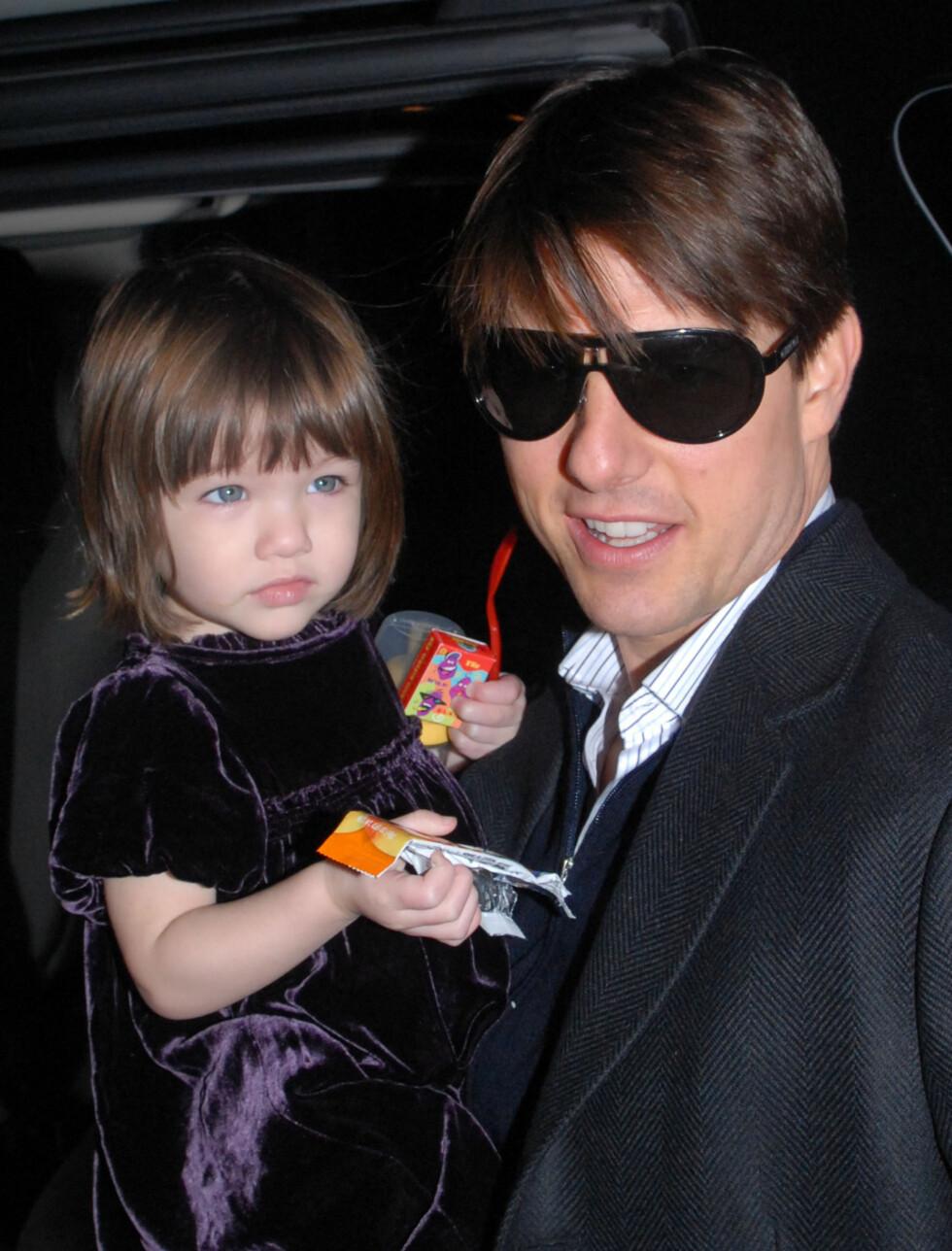 FORTSATT BARSK: Top Gun-helten Tom Cruise (45) har vært et sexsymbol for flere generasjoner av ungjenter. Med datteren Suri (1 1/2)på armen smelter han fortsatt hjerter. Foto: All Over Press