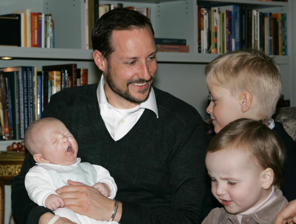 KONGE-PAPPA: Kronprins Haakon gikk fra ungkar til familiefar på ganske kort tid. Mange vil nok mene han blir barskere med årene. Her med prins Sverre, prinsesse Ingrid Alexandra og Marius. Foto: SCANPIX