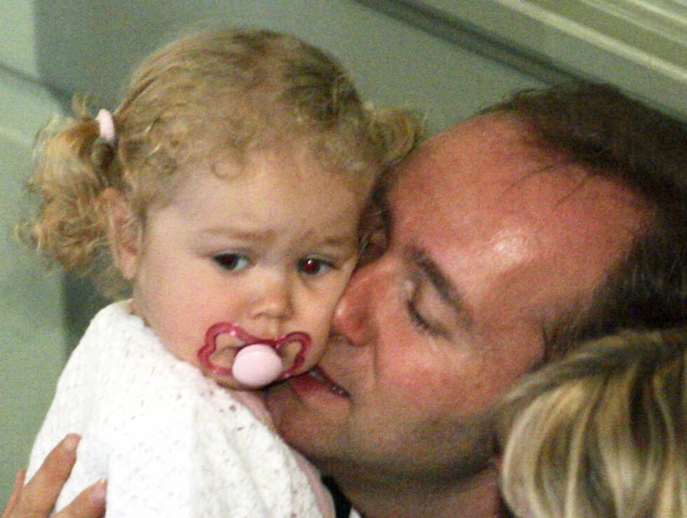 POLITIKER-PAPPA: Kulturminister Trond Giske viser her varme følelser for datteren Una.  Foto: SCANPIX