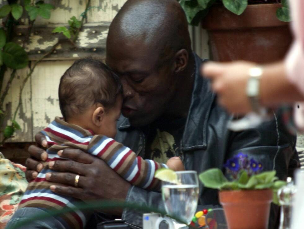 ROLLEMODELL: Soul-artisten Seal (45) koser med sønnen Henry som ble født i september 2005. Han og supermodellen Heidi Klum har to barn sammen.  Foto: All Over Press