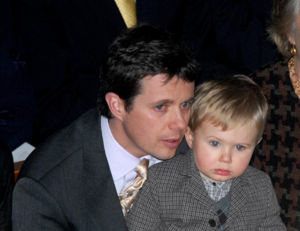 KONGELIG KOS: Danmarks kronprins Frederik med sønnen Christian.  Foto: Stella Pictures