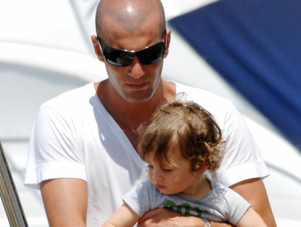 BARSK, BARSK, BARSK: Den franske fotball-helten Zinedine Zidane (35) blir bare enda mer sexy med et barn på armen. Foto: Stella Pictures