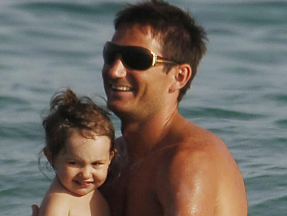 SØTT: Chelsea-stjernen Frank Lampard (29) er sexy tobarnsfar.  Foto: STELLA PICTURES
