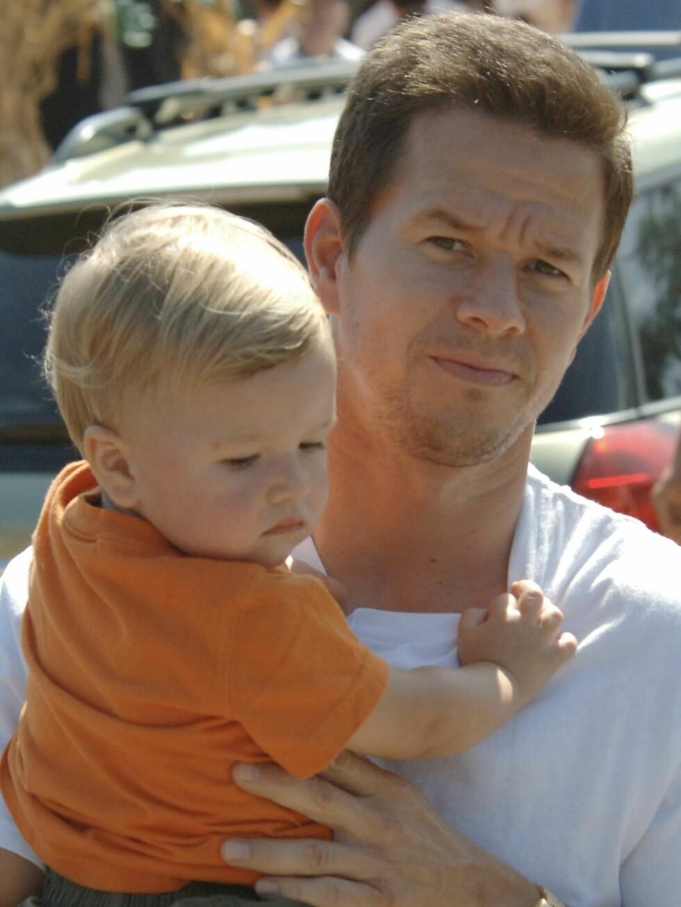BESKYTTET: Boogie Nights-skuespilleren Mark Wahlberg (36) skjermer datteren Ella mot fotografene.  Foto: All Over Press