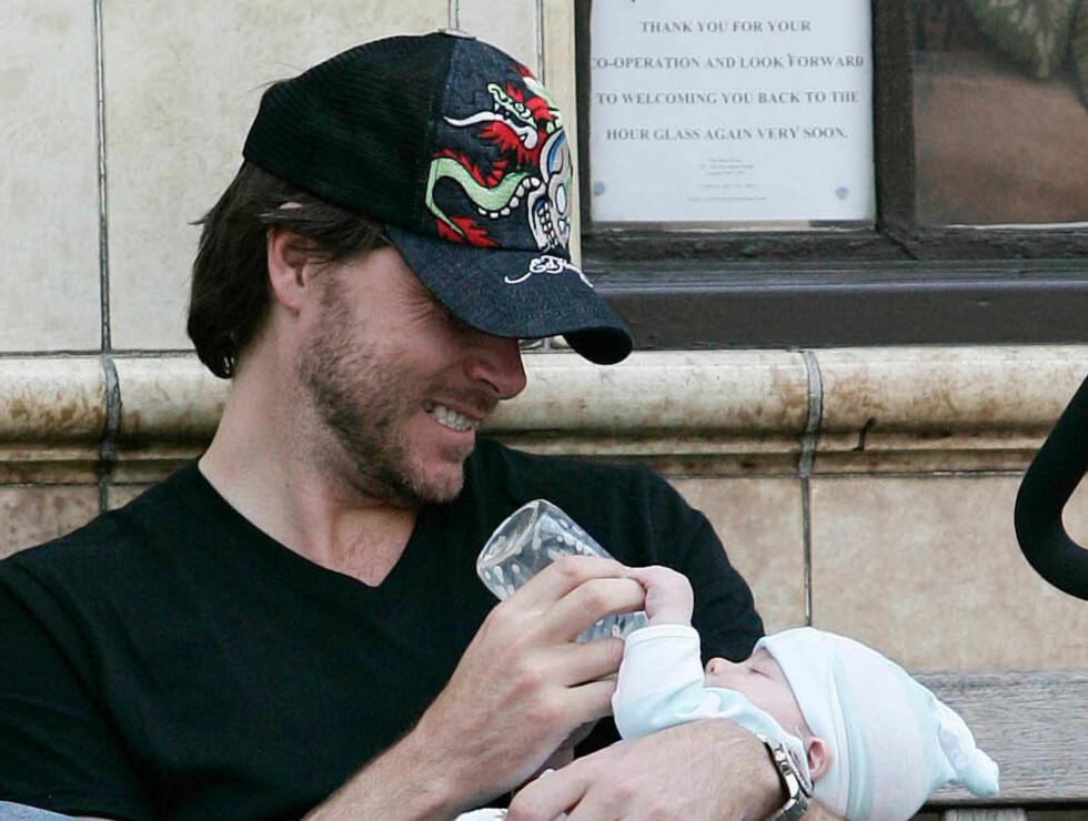 NÆRT: Tori Spellings ektemann Dean McDermott nyter tilværelsen som nybakt pappa. Det ryktes at ekteparet er gravide igjen, knapt et år etter at sønnen Liam ble født.  Foto: All Over Press
