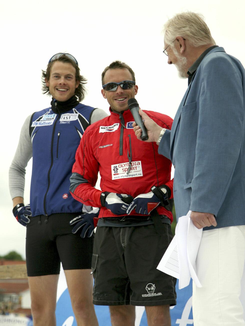 MORO: Brødrene Jørgen (t.v.) og Anders Aukland blir intervjuet av speakeren Kjell Kristian Rike under Blindtarmen Skifestival i Kragerø lørdag. Foto: SCANPIX