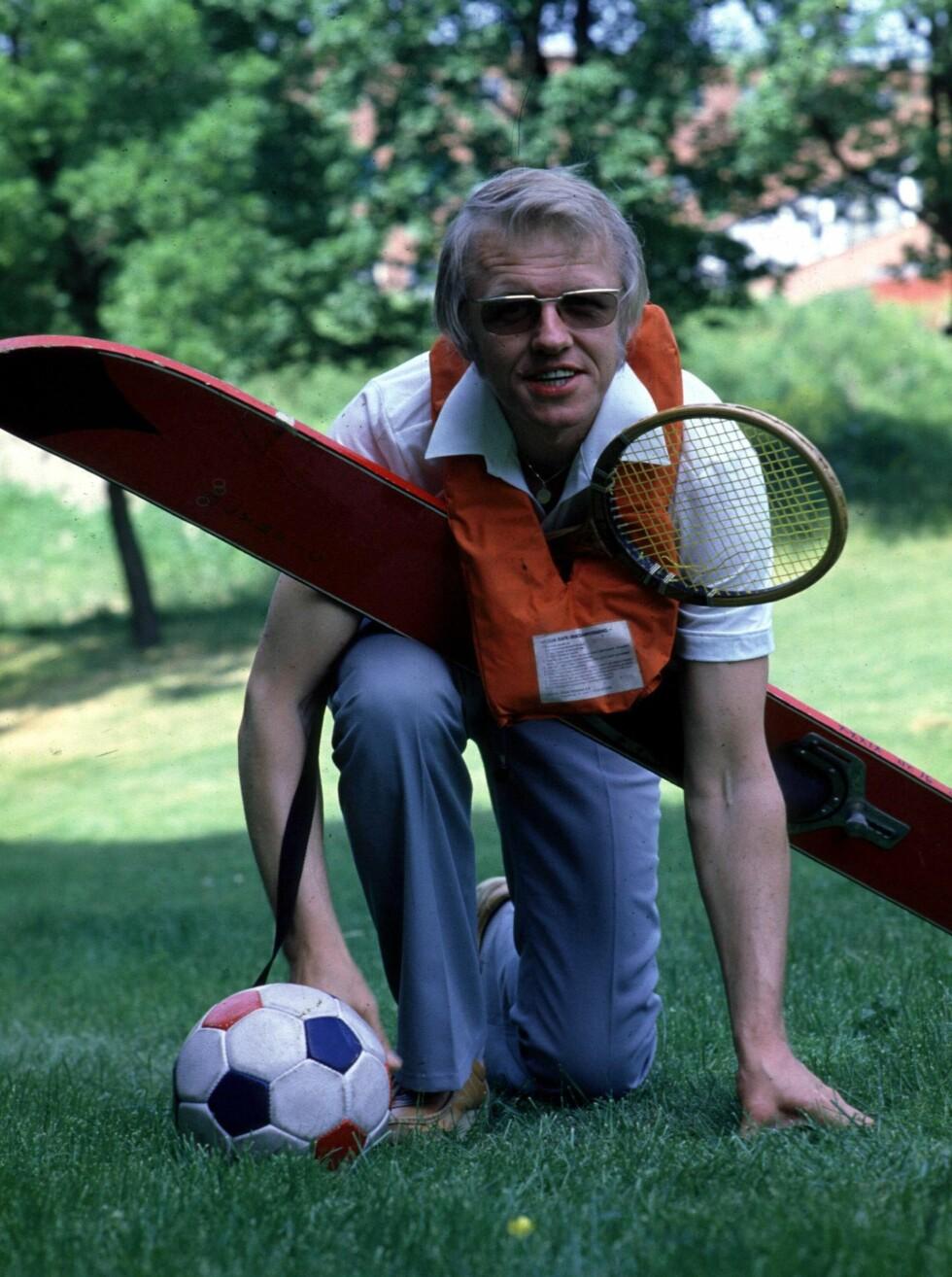 SPORTY: Kjell Kristian Rike, sportsmedarbeider i NRK, poserer med forskjellig sportsutstyr, bl.a. tennisracket, skateboard og fotball i 1983. Foto: SCANPIX