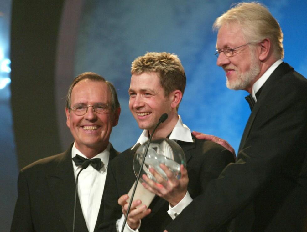 GOD STØTTE: - Da det gikk dårlig for meg og ingen andre brydde seg, var han alltid på tråden om kvelden, sier Ole Einar Bjørndalen (midten) om avdøde Kjell Kristian Rike (t.h). Her er de under Idrettsgallaen i 2002 sammen med Jon Herwig Carlsen. Foto: SCANPIX
