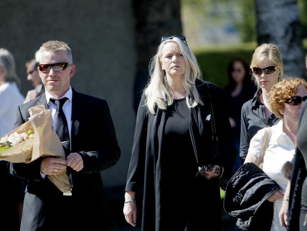 Skuespiller Karin Lunden ankommer Vestre krematorium for å være med på bisettelsen av Julie Ege fredag.  Foto: SCANPIX