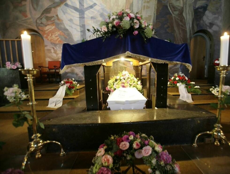KISTEN: Venner og familie tok farvel med Julie Ege i Vestre krematorium i Oslo fredag Foto: SCANPIX