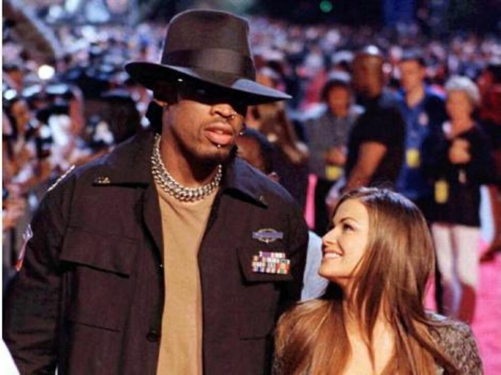 SKILT: Basket-helten Dennis Rodman og Carmen Electra var gift like lenge som Drew og Tom ... Foto: AP/Scanpix