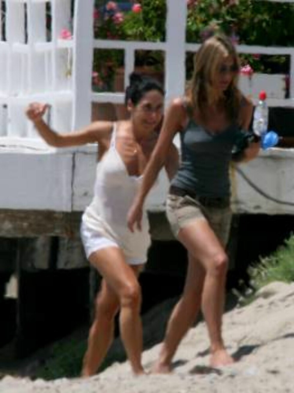Malibu 2006-08-14  **Exclusive**  Jennifer Aniston takes time out for a stroll on the beach in Malibu with a friend to clear her head and relax. Picture: Jennifer Aniston   Photo: Fame Pictures Code:4002  COPYRIGHT STELLA PICTURES Foto: Stella Pictures