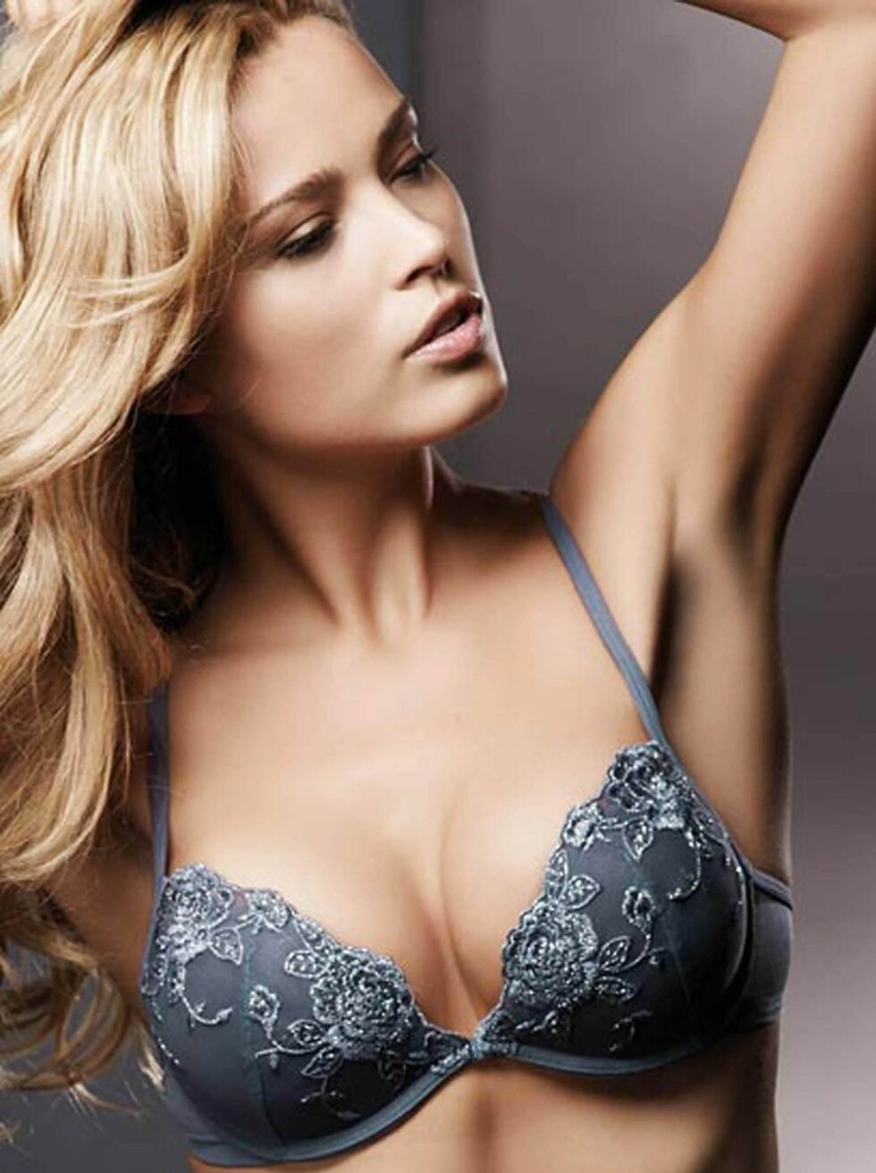 FLOTT: Supermodellen Petra Nemcova i brennhet reklame for undertøysfirmaet La Senza. Foto: All Over Press