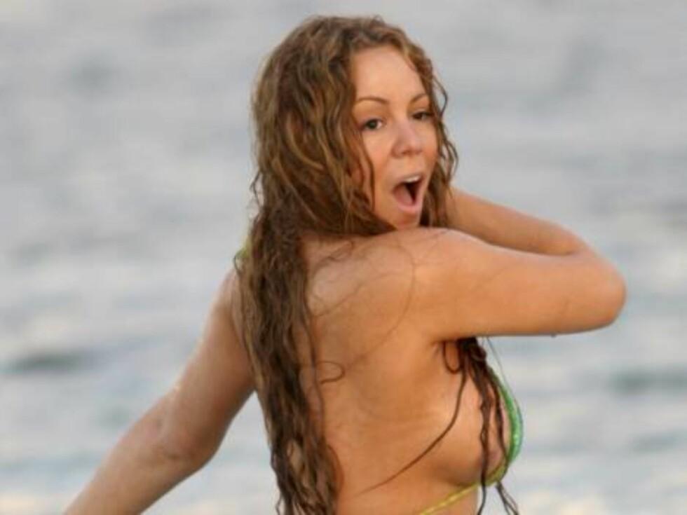 <strong>LITEN DEKNING:</strong> Mariahs kurvede kropp truet med å falle ut av bikinien når som helst. Foto: All Over Press