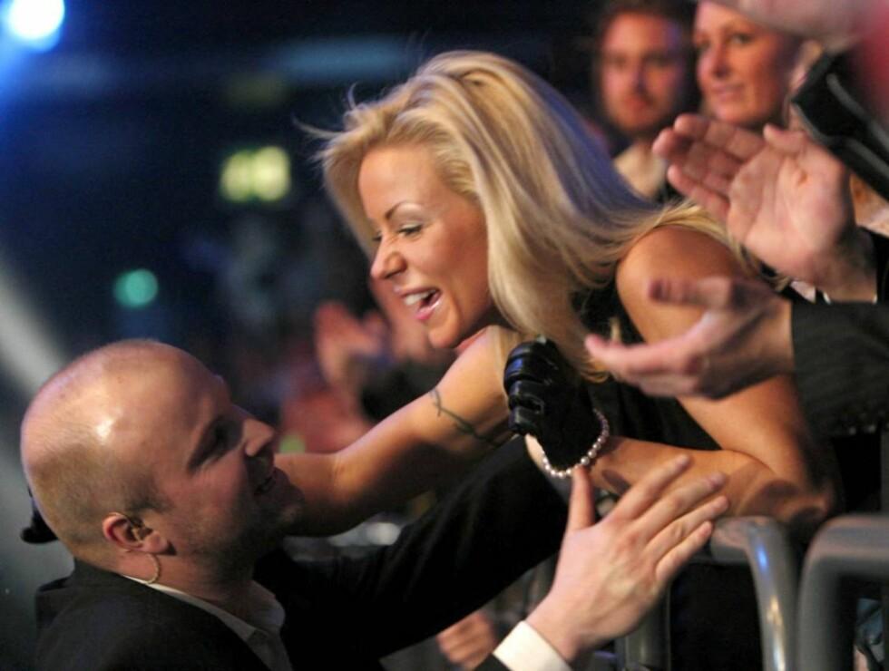GRATULERTE: Lene Alexandra gratulerer Torstein Søland med billett til gullfinalen. Foto: SCANPIX