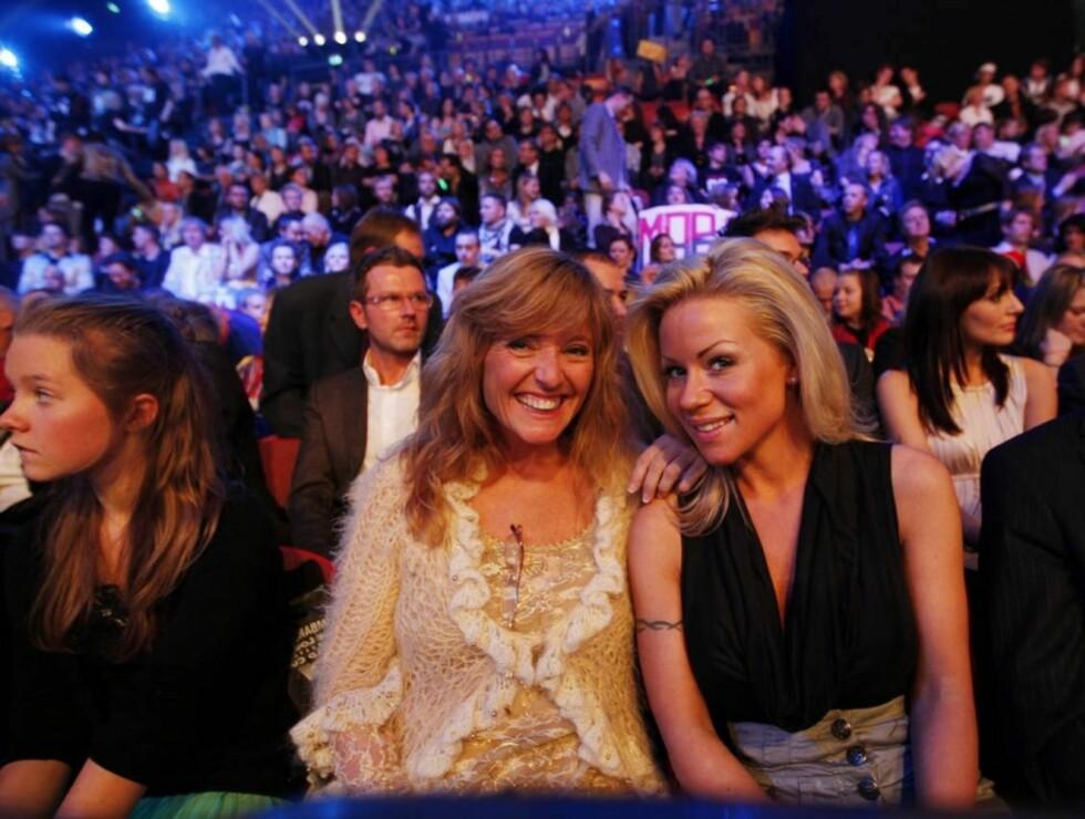 MGP-DUO: Hanne Krogh ( til venstre) og  Lene Alexandra i salen   under  Melodi Grand Prix-finalen i Oslo Spektrum lørdag kveld.  Foto: SCANPIX