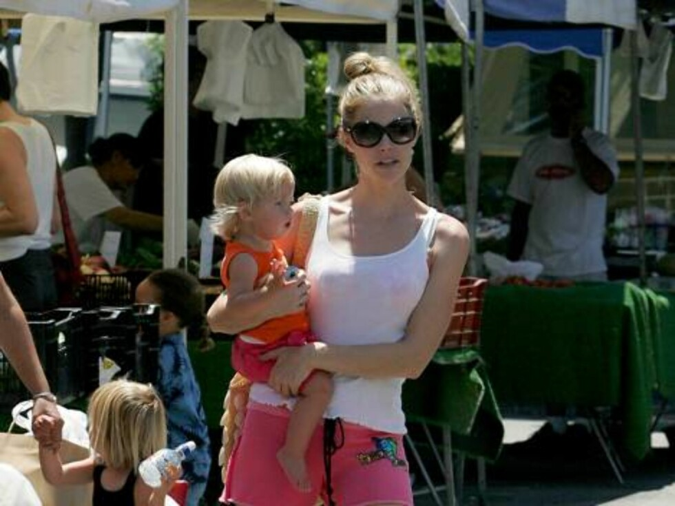 2006-07-15   Denise Richards can be seen here spending a sunny and beautiful Saturday running her own errands with baby on hip and not while wearing designer casual wear. She laughs with fellow shoppers, politely signs autographs for those who request it Foto: Stella Pictures