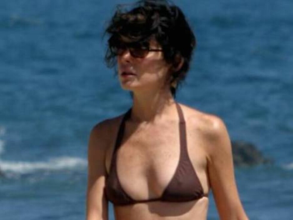 Code: X17XX8- Joseph, MALIBU, USA, 11.07.2004: A skinny ACTRESS Lara Flynn Boyle has put on at least a few pounds since hitting the beach last summer.  The usually skeletal actress has a bit more meat on her bones now.  Boyle went to Malibu to enjoy the a Foto: All Over Press