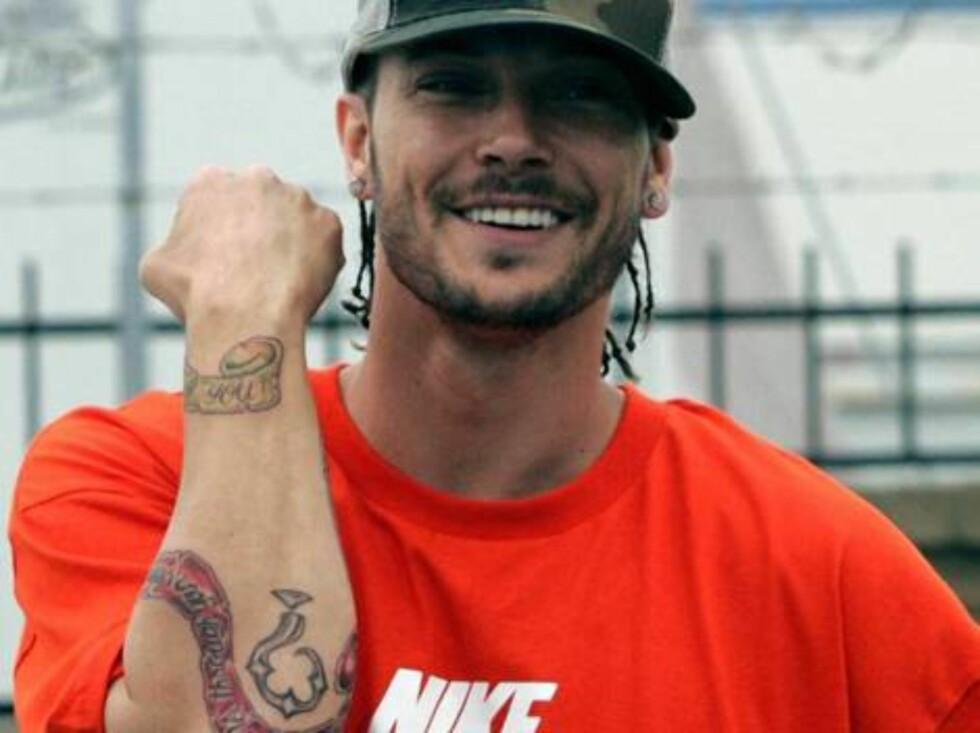 """Code: X17XX8 - Ginsburg-Spaly, Orange County, USA, 12.03.2005: Kevin Federline shows off his new tattoo during a mini-vacation with wife Britney Spears in Orange County, California (just south of Los Angeles).  Federline inked """"Your blood runs through my Foto: All Over Press"""