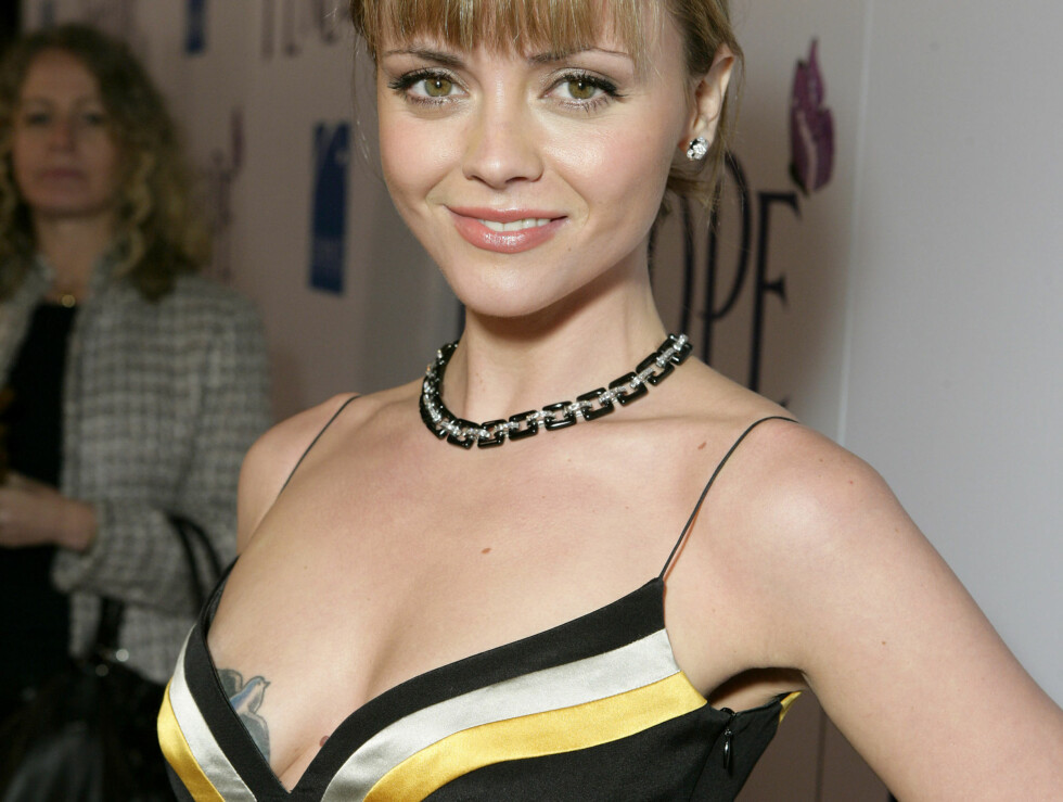 FLØY UT: Da kjolen gled ned, fløy Christina Riccis fugletatovering fram.  Foto: All Over Press