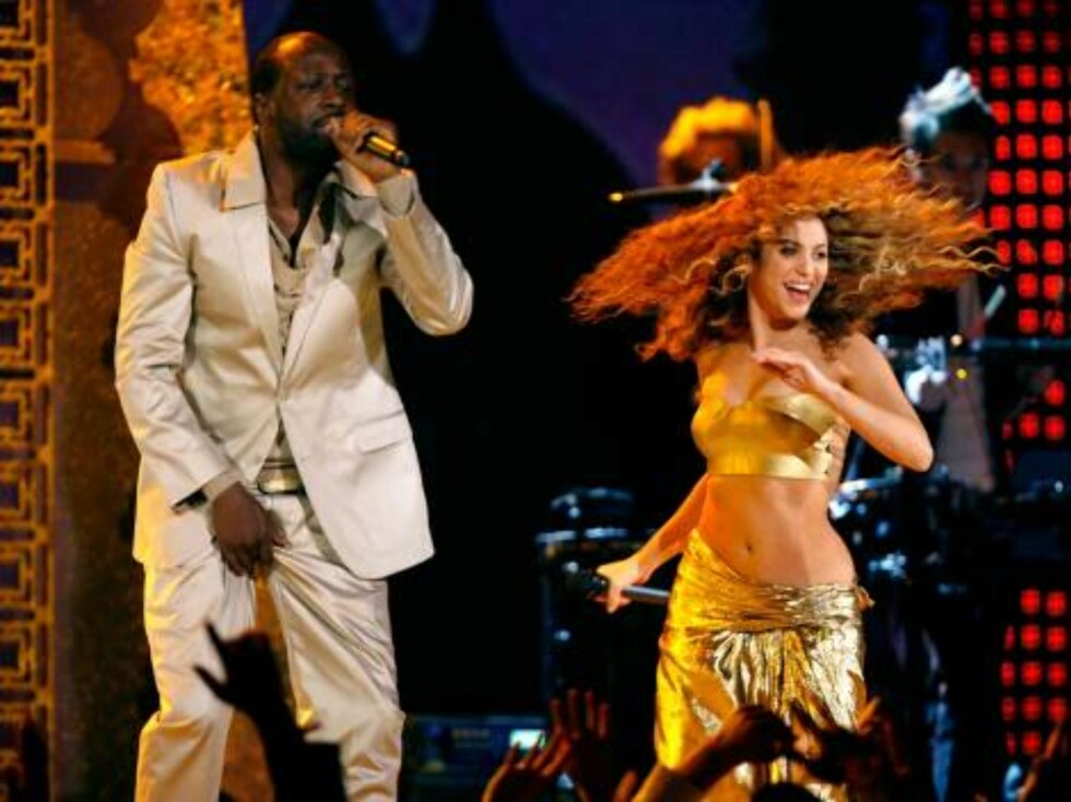 """LOS ANGELES, CA - FEBRUARY 11:  Musicians Shakira  and Wyclef Jean perform """"Hips Don't Lie"""" onstage at the 49th Annual Grammy Awards at the Staples Center on February 11, 2007 in Los Angeles, California.  (Photo by Kevin Winter/Getty Images) *** Local Cap Foto: All Over Press"""