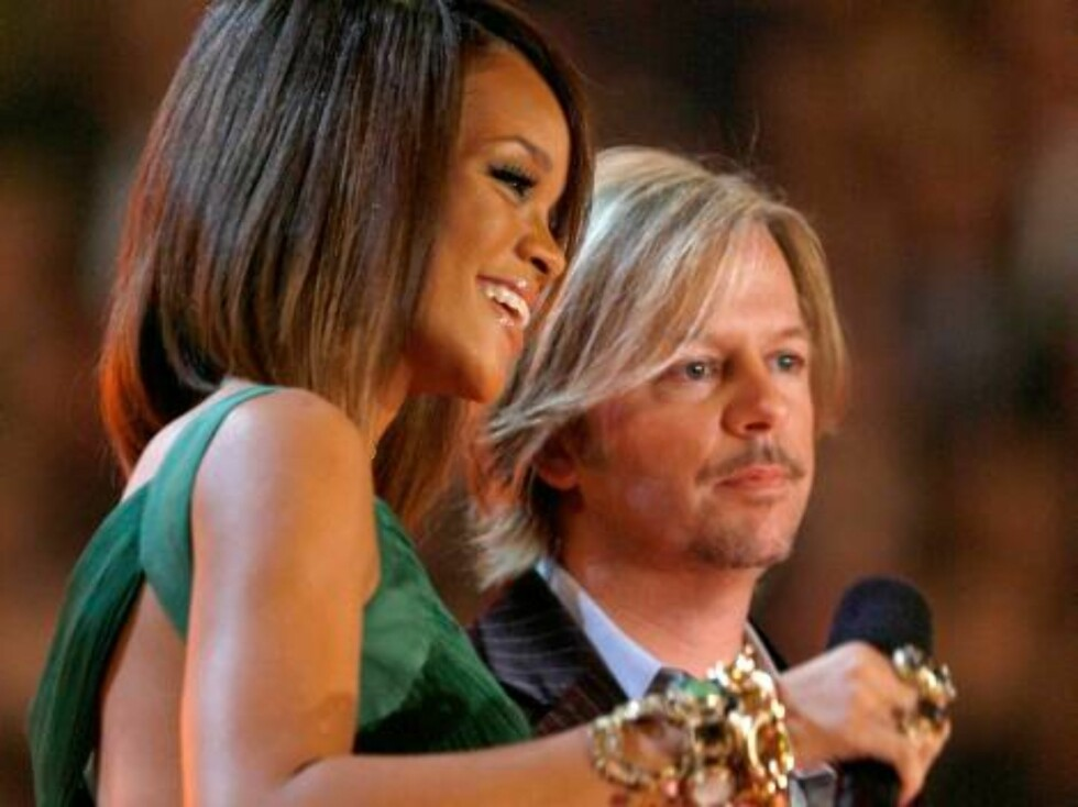 LOS ANGELES, CA - FEBRUARY 11:  Singer Rihanna (L) and actor David Spade introduce Ludacris onstage at the 49th Annual Grammy Awards at the Staples Center on February 11, 2007 in Los Angeles, California.  (Photo by Kevin Winter/Getty Images) *** Local Cap Foto: All Over Press