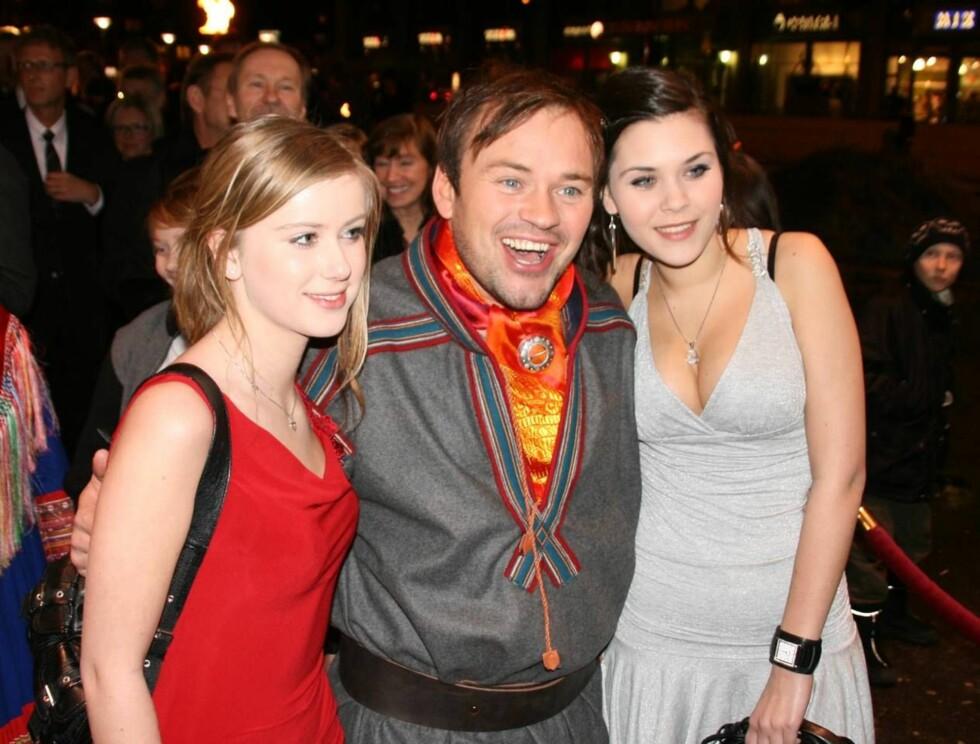 """JUBLET: Mikkel Gaup slo an tonen på """"Kautokeino-opprøret""""-premieren med datteren Maiken (t.h.) og hennes venninne Marie Larsen. Foto: Seher.no"""