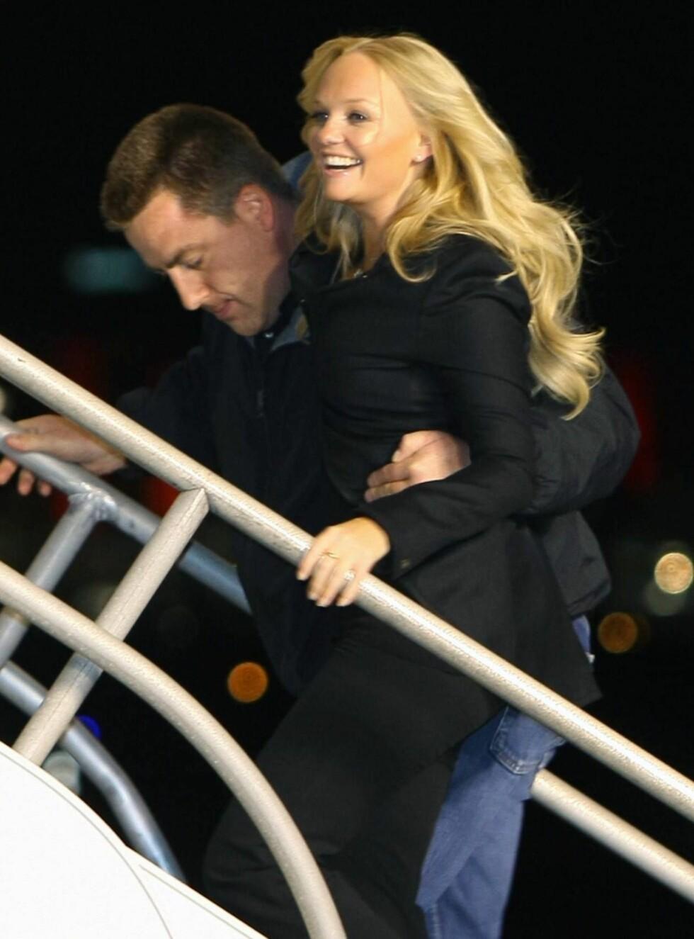 STØTTE: Baby Spice måtte ha støtte av livvakten da hun skulle ombord i det Spice Girls-oppkalte flyet. Foto: All Over Press