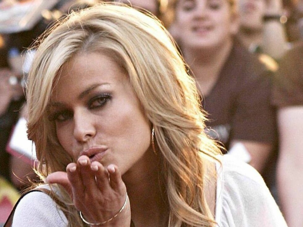 Carmen Electra blows a kiss as she poses for photographers as she arrives at the Much Music Video Awards in Toronto, Canada, on Sunday June 19, 2005. Photo: obin Grimshaw/CP/ABACA.  Code:4001/79938 COPYRIGHT STELLA PICTURES Foto: Stella Pictures