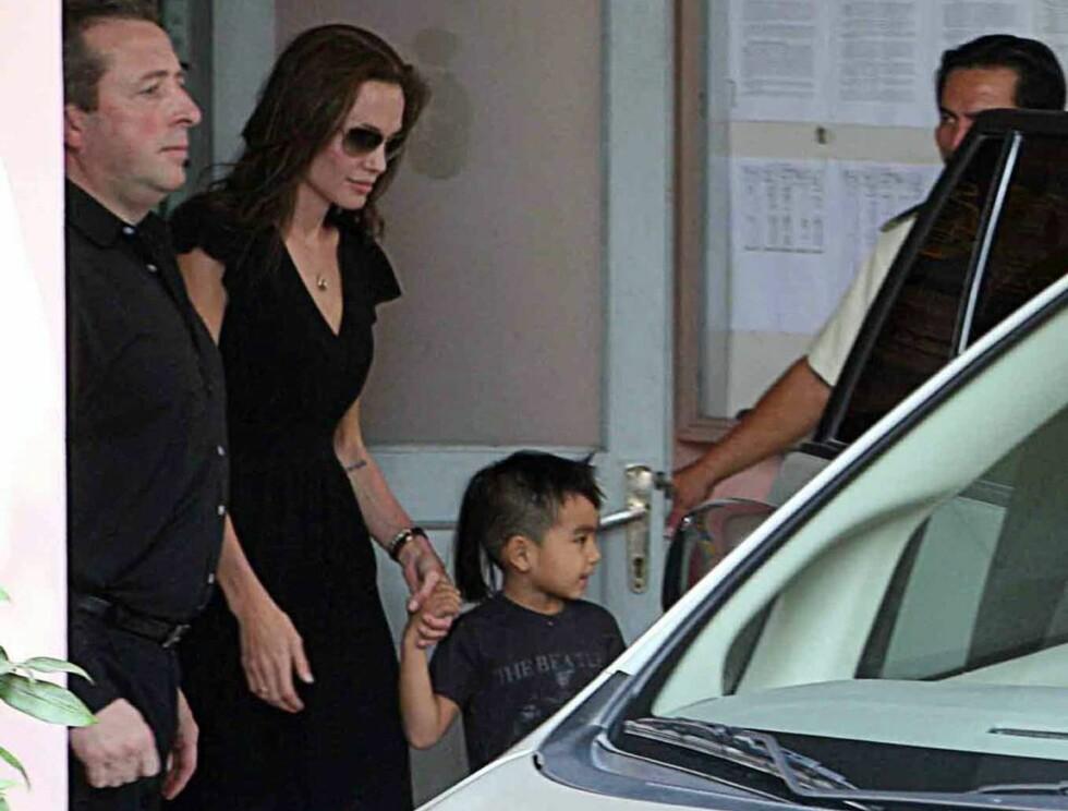 BARNEKJÆR: Det var Angelinas eldste sønn, Maddox, som fikk velge ut sin nye bror i Vietnam. Foto: All Over Press