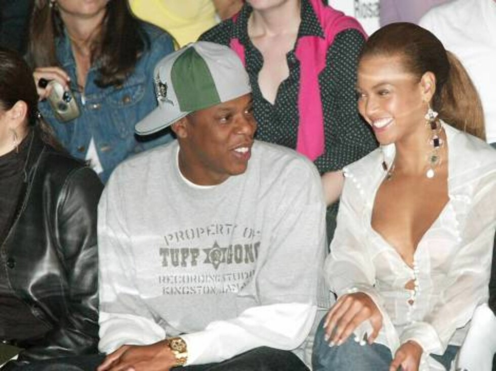 NEW YORK - SEPTEMBER 13:  Rapper Jay Z and singer Beyonce Knowles attend the Rosa Cha by Amir Slama Spring/Summer 2004 Collection at Bryant Park during the 7th on Sixth Mercedes-Benz Fashion Week on September 13, 2003 in New York City.  (Photo by Evan Ago Foto: All Over Press