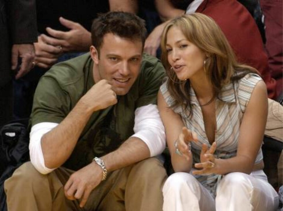 LOS ANGELES, CA - MAY 11:  Actor Ben Affleck (L) and his fiance actress/singer Jennifer Lopez attend the Los Angeles Lakers v. San Antonio Spurs playoff game at the Staples Center May 11, 2003 in Los Angeles, California.  (Photo by Vince Bucci/Getty Image Foto: All Over Press