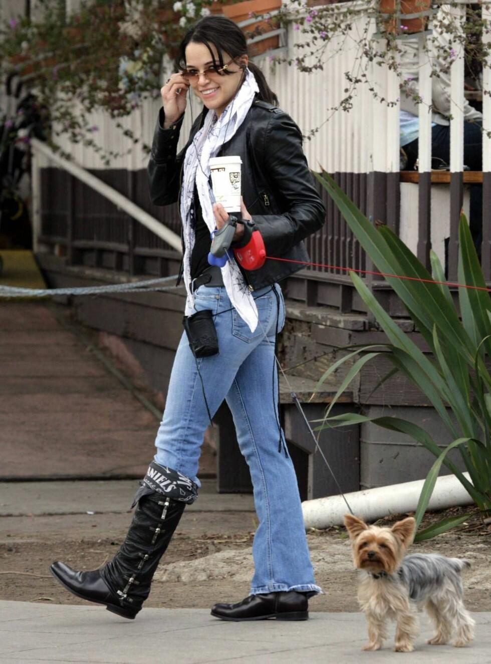 TUR: Er det noe Michelle har, så er det sin egen stil. Det er ikke mange i Hollywood som lufter hunden sin med et Jack Daniels-skjerf rundt leggen. Foto: All Over Press