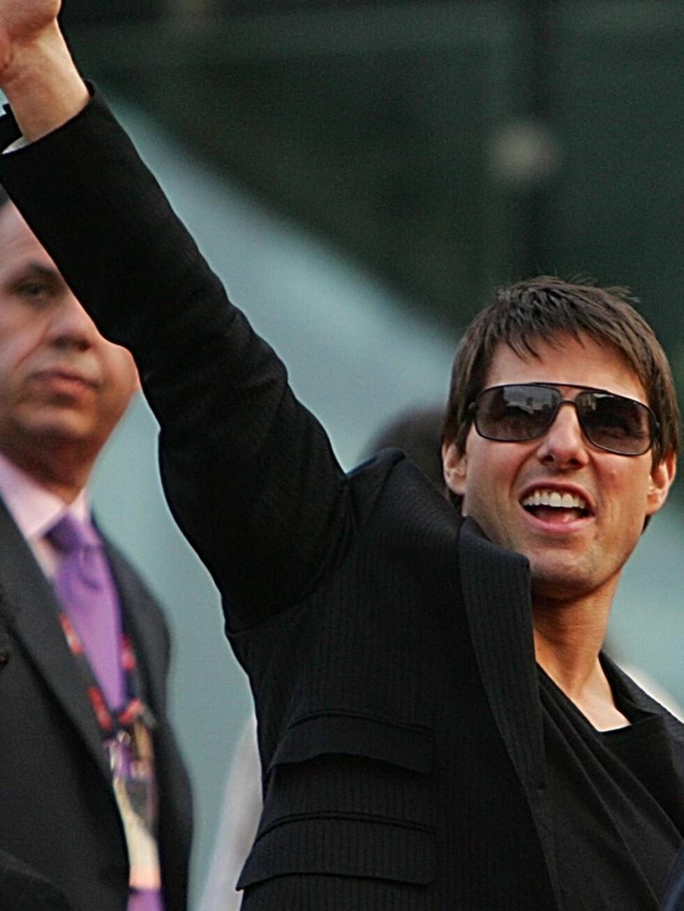 ER DET ET FLY?: Strekker Tom Cruise seg mot stjernene, eller prøver han å fortelle at Luftwaffe er på vei? Foto: AP/Scanpix