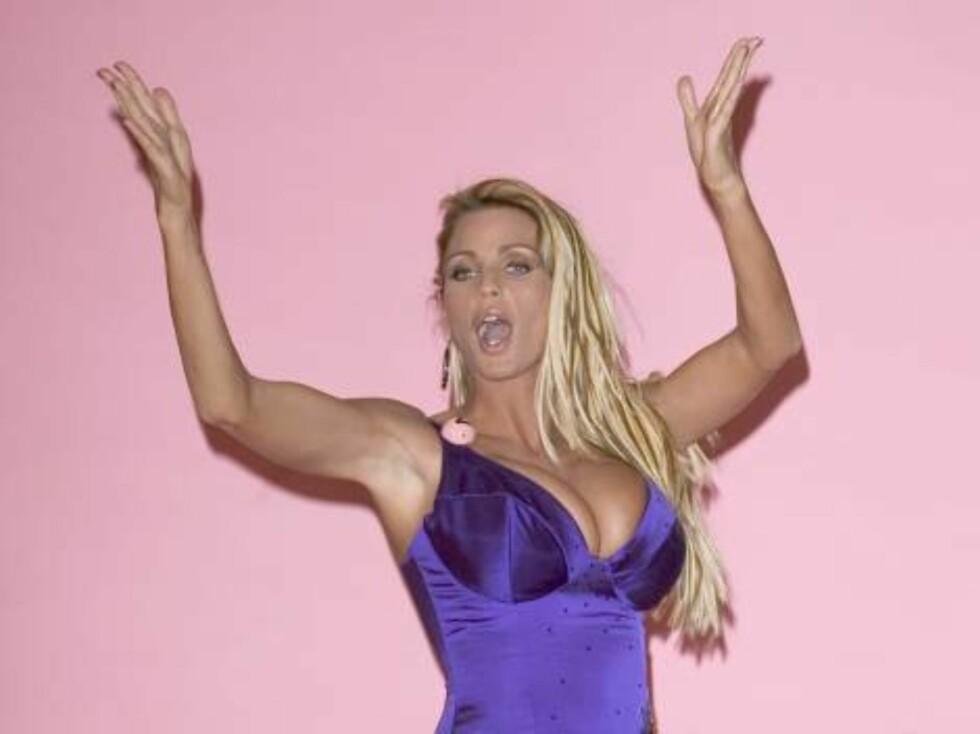 FREKK FILM: Glamourmodellen Katie Price, bedre kjent som Jordan, har vist frem silikonbrystene i en heftig hjemmevideo - og planlegger nå å lage en ny film sammen med gemalen Peter André. Foto: All Over Press