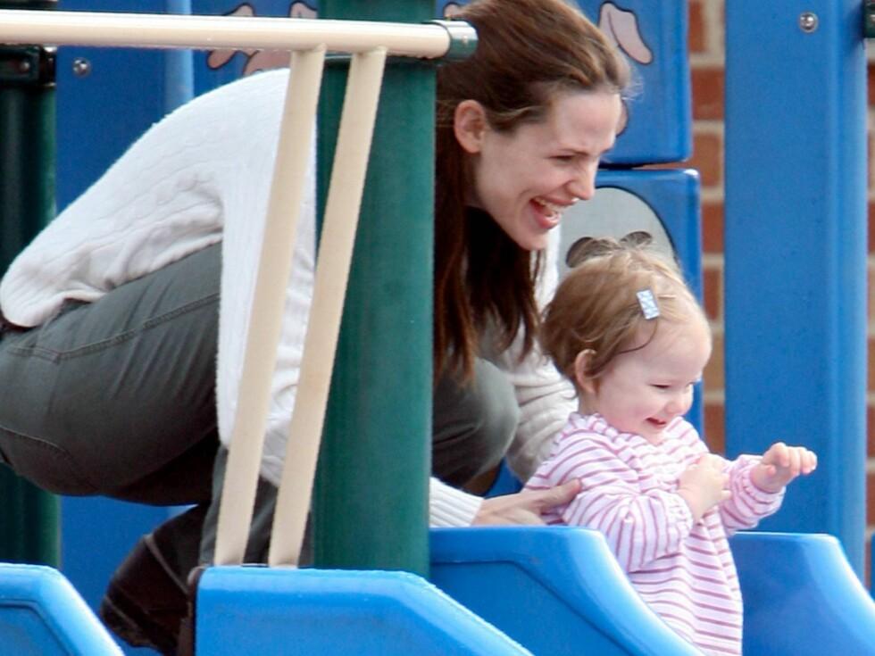 JORDNÆR: Jennifer Garner leker med datteren så ofte hun kan. Foto: All Over Press