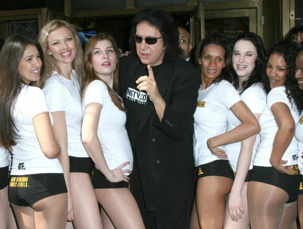 DAMETEKKE: Gene slik vi er vant til å se ham - omgitt av vakre damer. Foto: All Over Press