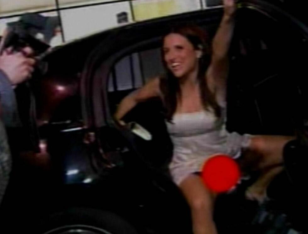 HEI HEI: Julia stiger ut av bilen og tenker ikke på å samle bena slik enhver dreven Hollywood-stjerne uten truse gjør (Britney, Paris og Lindsay regnes ikke som drevne). Foto: All Over Press