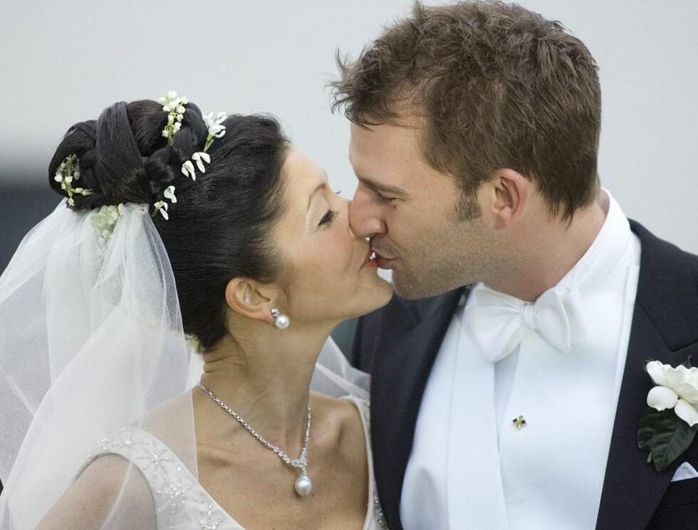 LYKKELIGE: Mange fulgte med da Alexandra giftet seg med sin kjære Martin Jørgensen... Foto: SCANPIX
