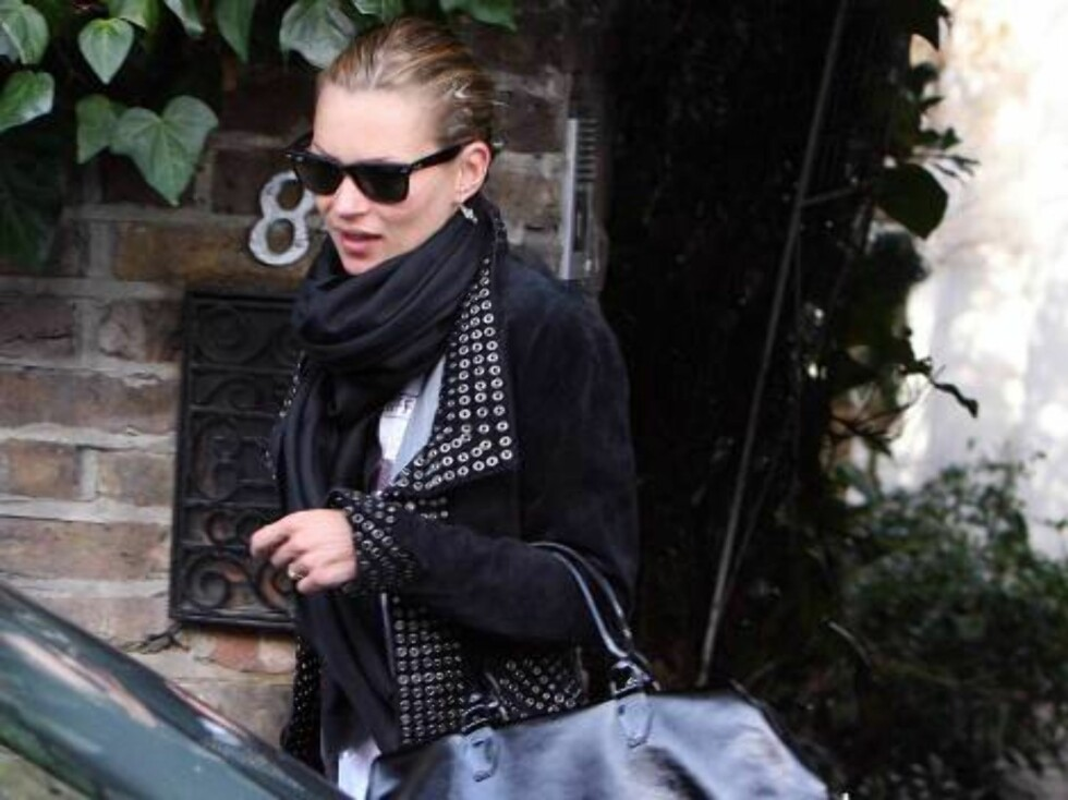 Super model Kate Moss pictured coming out of her London home in a very good mood saying 'Good Morning' to the photographers in a very high voice.  Picture by: Marc Raishbrook/Raymond Field   Ref: RFUK RAUK 150207 A EXCLUSIVE    Spla Foto: All Over Press